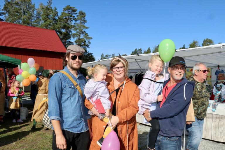 Lino Borg, Vira Borg, 2 år, Lina Borg, Siri Borg, 5 år, och Bosse Rosengren trivdes på Möckhults marknad.