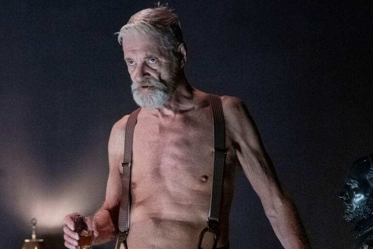 """Claes Månssons rollfigur James Tyrone tar en whisky till i """"Lång dags färd mot natt"""""""