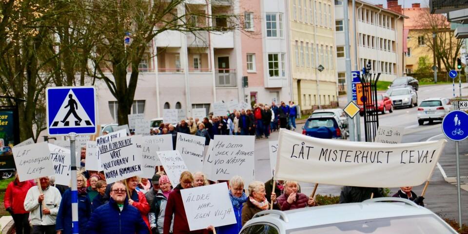 Ikväll ska det avgörande beslutet fattas av kommunfullmäktige i Oskarshamn. Ska äldreboendena i Misterhult stängas eller ej är frågan.