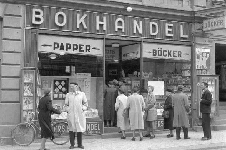 """""""När bilderna från 1955 är tagna låg Möllers bokhandel på Västra Storgatan 29, det vill säga där klädbutiken Aima ligger nu, mellan Hesslegatan och Stora Torg på höger sida om man kommer söderifrån.När jag gick i läroverket på 50-talet hade jag ett så kallat inköpskort hos Möllers på vilket jag kunde inhandla de skolböcker jag behövde. Kortet var utställt på en viss summa och varje gång man handlade fördes beloppet in på baksidan av kortet. Jag minns inte vilket år affären flyttade till de lokaler Akademibokhandeln har idag, men jag tror det var i början av 60-talet."""" Berättat av Jan-Axel Persson."""
