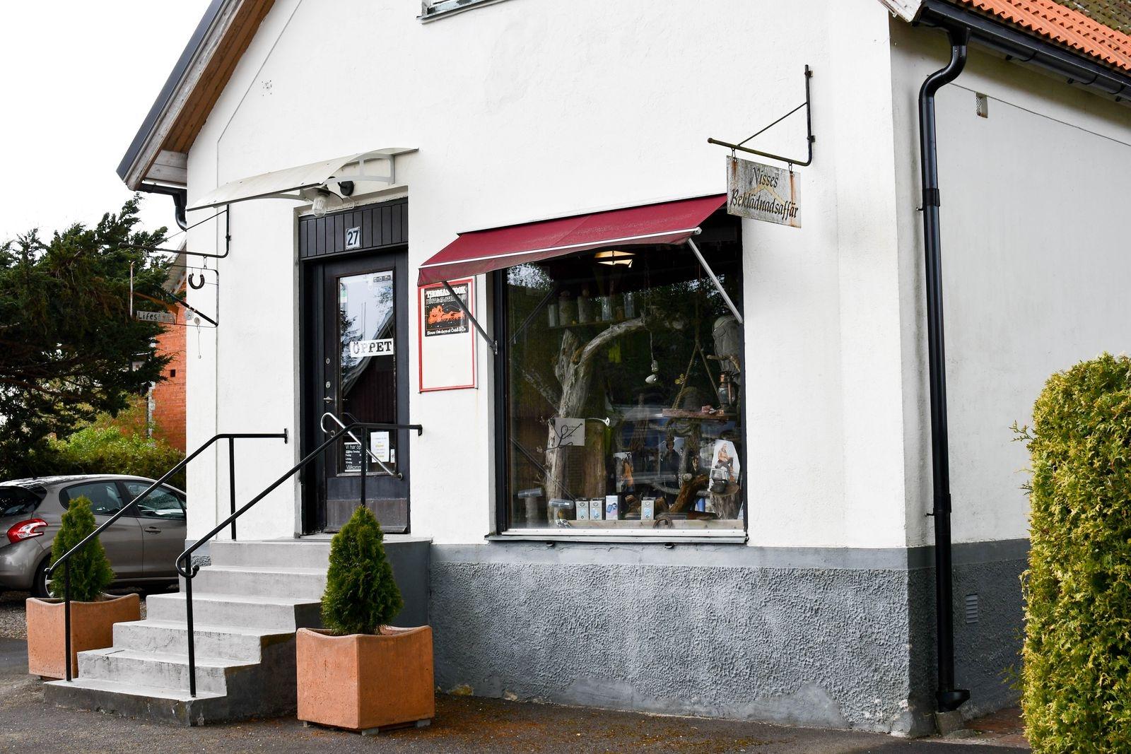 1925 öppnade Nisses beklädnad i huset beläget längs Österlenvägen i Sankt Olof.
