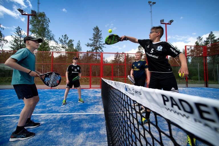 Axel Jonasson, Allex Hugosson, Hugo Hartman och Wilgot Jonsson har redan testat den nya padelbanan flera gånger.
