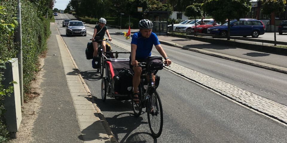 Genom Brösarp tvingas cyklisterna ut i den täta turisttrafiken.
