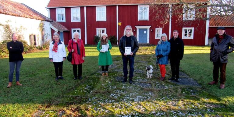 """Gärdslösa prästgård var platsen för det öländska släppet av den digra volymen """"Körverk"""". Närvarande var sju av medförfattarna i boken och dess ena redaktör, Tove Folkesson. Från vänster och på coronaavstånd Helena Wikestam, Borgehage, systrarna Stina Ekberg Kallryd och Brita Bergling, båda Linsänkan, Tove Folkesson med bok, Benke Bergström, Gärdslösa, Monika och Stenne Alskans, Sättra, och Leo Eriksson, Svarteberga. Lilla hunden heter Leo Alskans."""