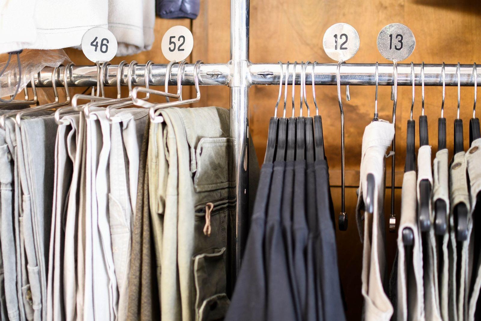 Klädställningar, köpmannadisk, lampor, slipsställ och Nisses gamla stege är exempel på inredning som finns kvar från tiden när Nils Nilsson drev beklädnadsbutiken.