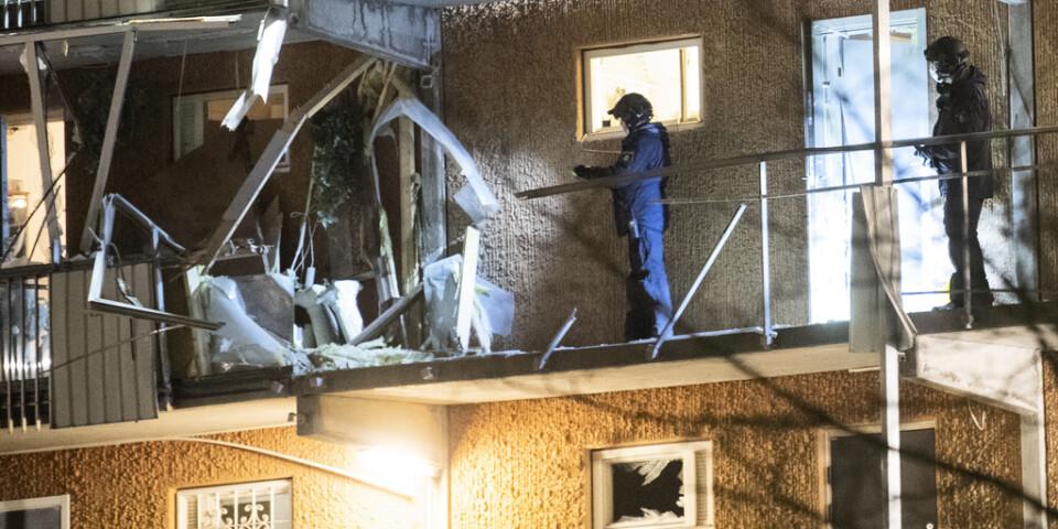 Polisens tekniker undersöker en loftgång där någonting exploderat på Tönsbergsgatan i Husby i nordöstra Stockholm. Explosionen skedde på fjärde våningen och en mängd fönster krossades.