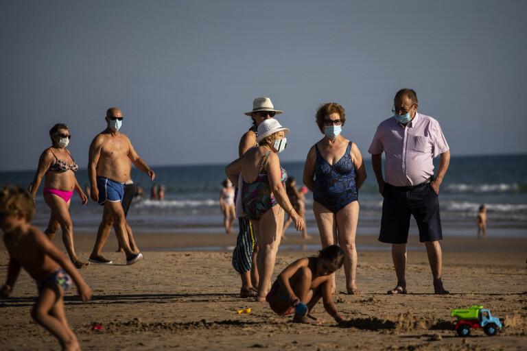 Sugen på den spanska höstsolen? Var beredd på att din temperatur mäts vid inresa – och på att bära munskydd på offentliga platser. Bilden är tagen på en strand i andalusiska Barbate i juli.