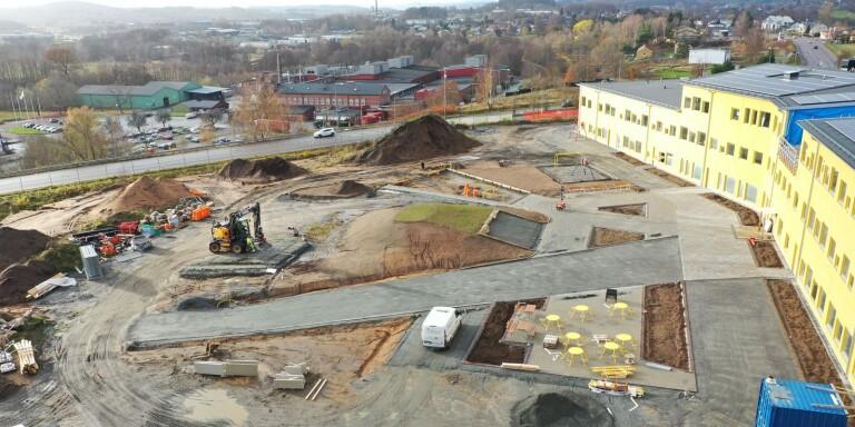 Arbetena pågår även utomhus. Planen är att bli klar med skolgården under hösten.
