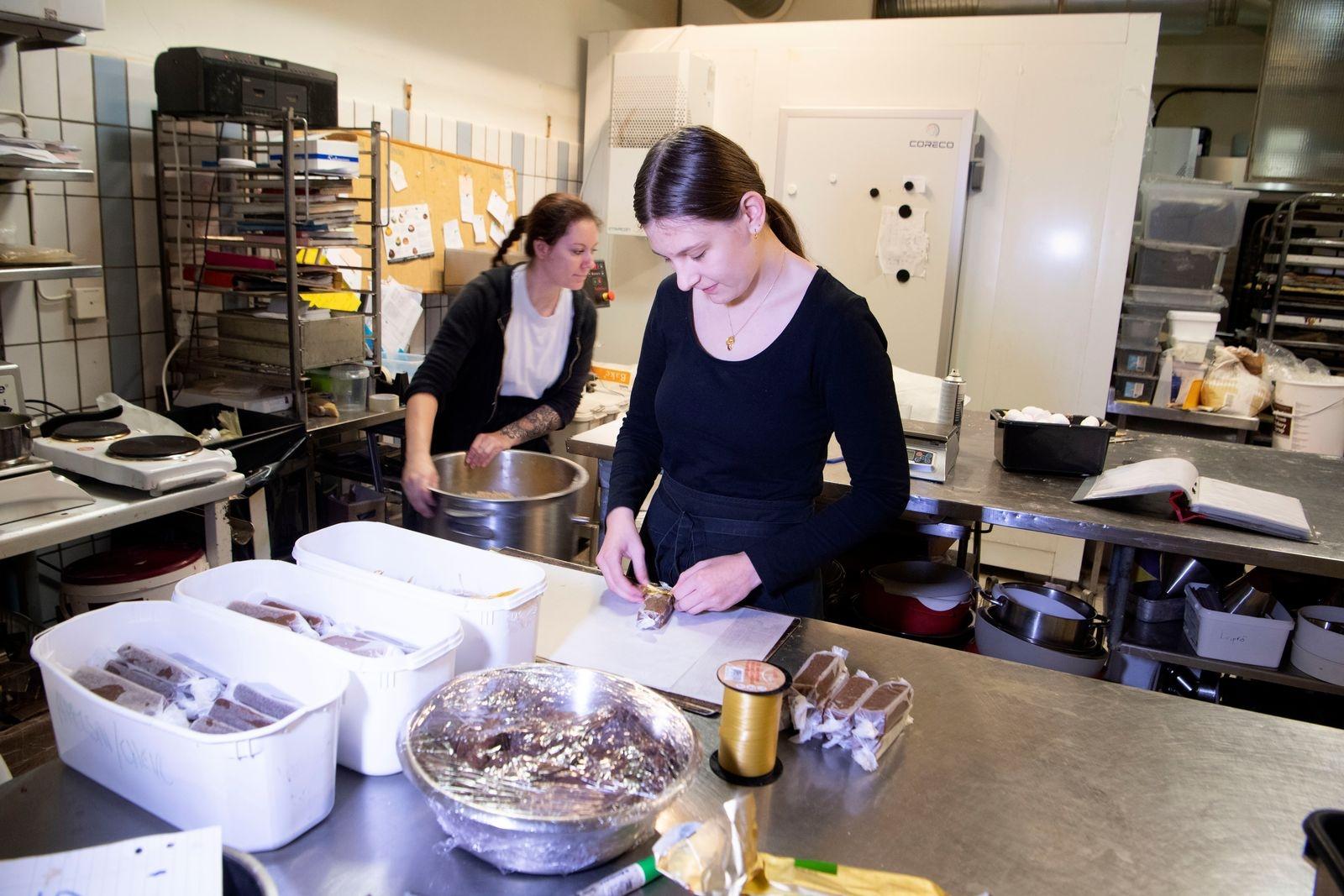 Malva Grekula utbildar sig till konditor. Här binder hon fina band kring kolorna Lisa Linghäll har kokat ihop.
