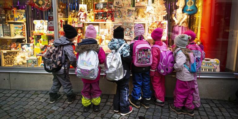 Onsdagen den 25 november 2020, klockan 09.47: När förskolebarnen på Ulrikaskolan skulle klä tre av granarna på Storgatan var det ett visst skyltfönster som fick dem att skifta fokus...