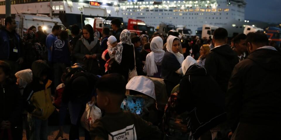 Migranter och flyktingar anländer från grekiska ön Lesbos till hamnen i Pireus utanför Aten i måndags.