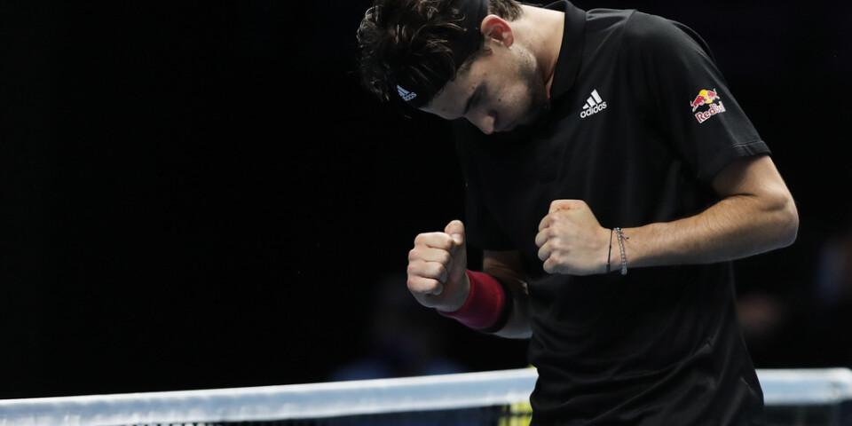Dominic Thiem knöt nävarna efter att ha besegrat världsettan Novak Djokovic i semifinal i ATP-slutspelet.