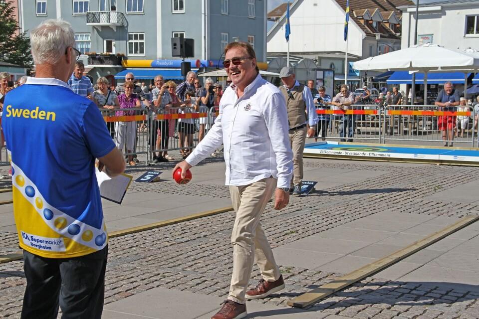 Christer Sjögren lyckades inte riktigt med balansprovet som gick ut på att man skulle gå balansgång på en planka med ett 1,5-kilos bowls-klot i ena handen.