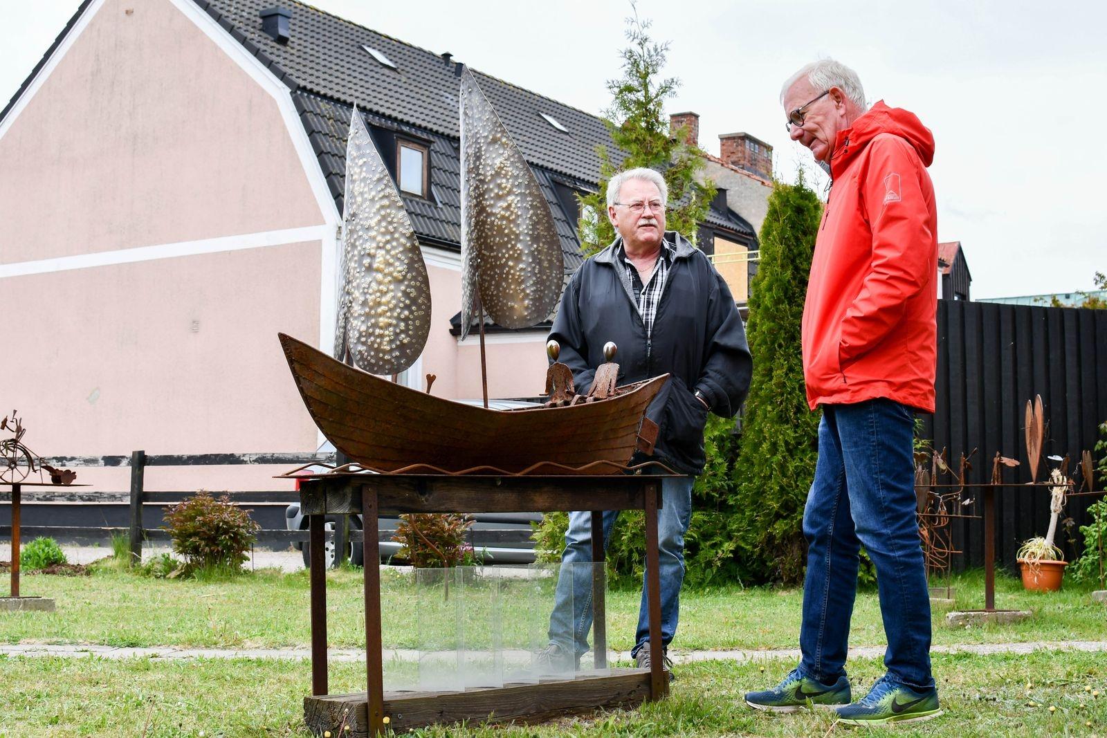 """Invigningen har blivit framskjuten på grund av coronaviruset. """"Vi vill sätta dit skulpturen under högtidliga former och avvaktar därför till hösten"""" säger Jan Nilsson (t.h. i bild)."""