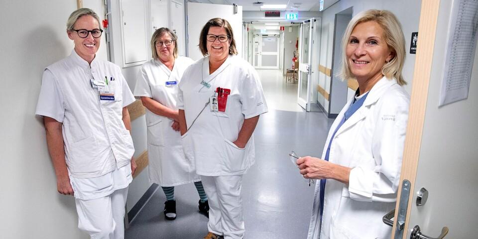 Malin Lövgren, anestesisjuksköterska från bemanningsföretag, Florence Simonsson-Ekström, undersköterska, Anne Blomqvist, sjuksköterska och Olga Sashchaya, överläkare, är en del av personalen på akutvårdsavdelningen. Allt är inte klart ännu men tillsammans håller de på att bygga upp en helt ny vårdform.