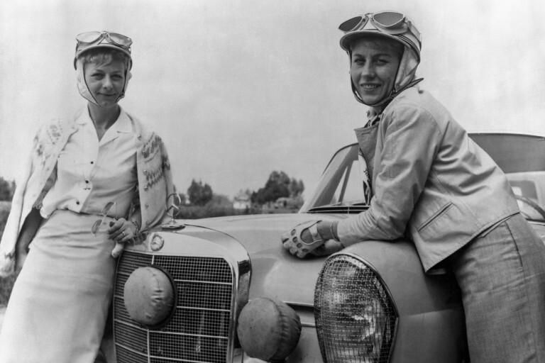 Ewy Rosqvist och Ursula Wirth med sin Mercedes-Benz i Argentina