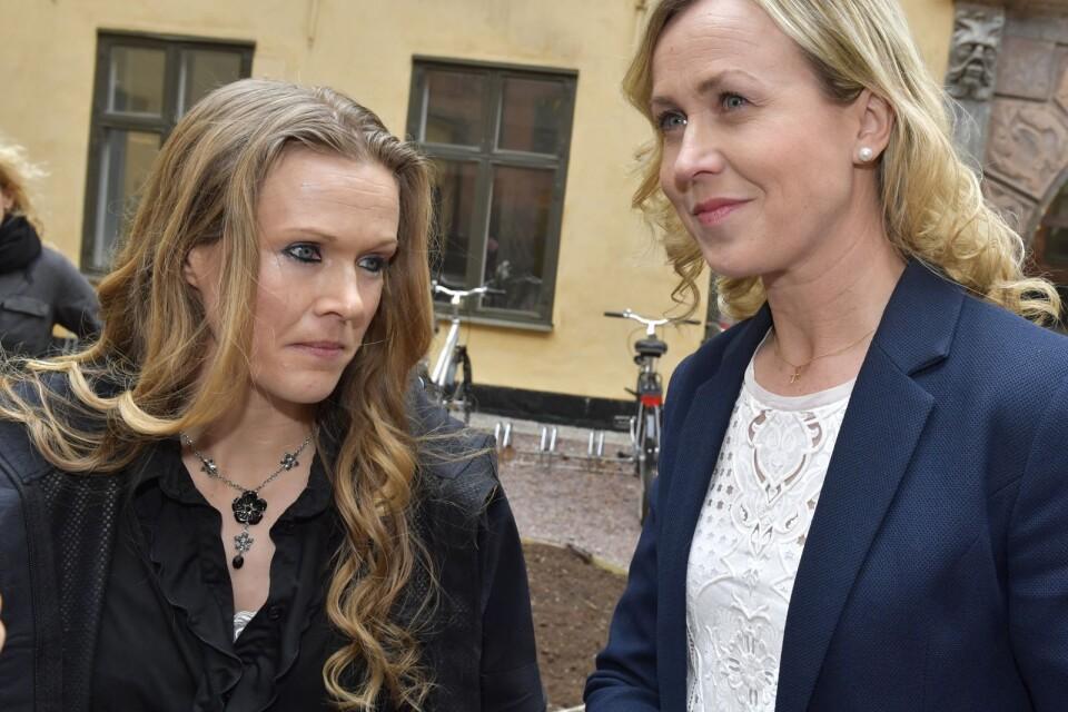 Barnmorskan Ellinor Grimmark (t.v.) och hennes juridiska ombud Ruth Nordström (t.h.).Grimmark fick ingen framgång i Europadomstolen i Strasbourg.