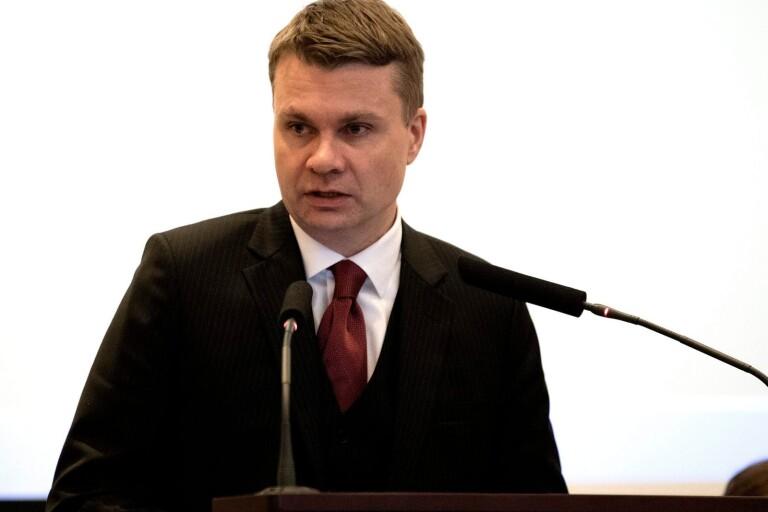 Ulf Olsson (S) kommunstyrelsens ordförande, påtalar vikten av att följa vad som anses vara juridiskt korrekt i frågan om vem som äger tomtmarken.