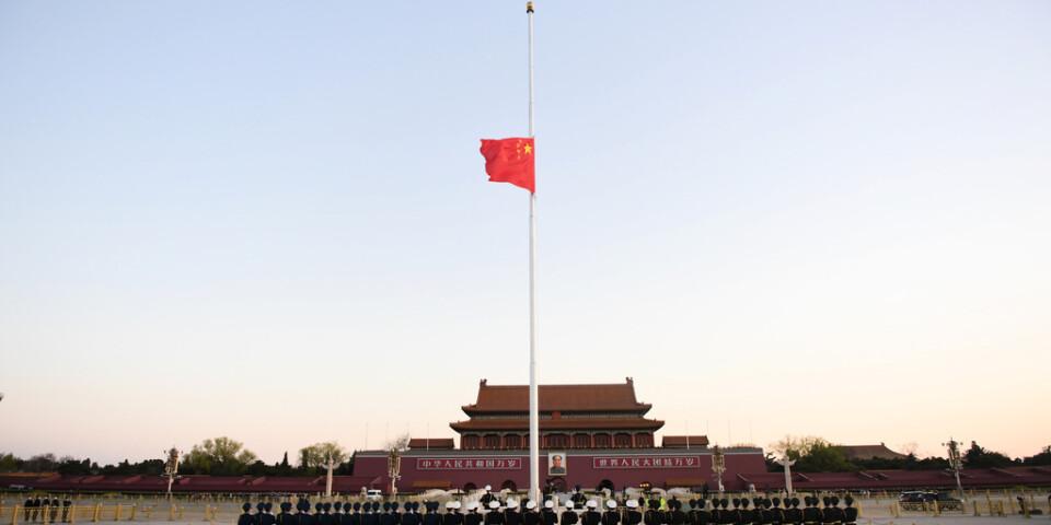 Kinas flagga på halv stång på Himmelska fridens torg i Peking under lördagen.