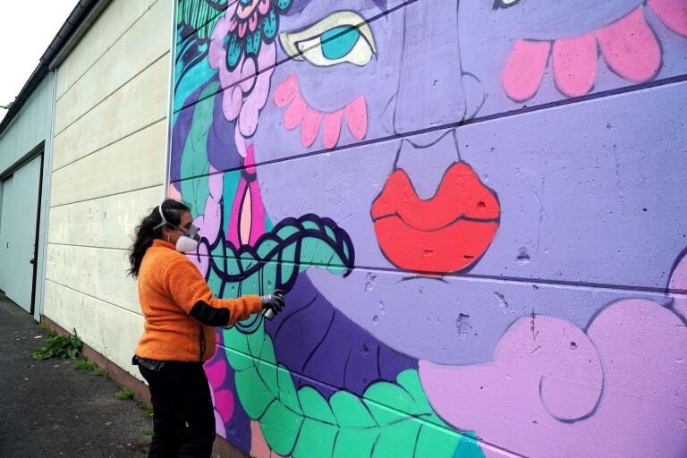 Amara Por Dios målar en muralmålning på Hangaren vid Krafthuset i Bollebygd.