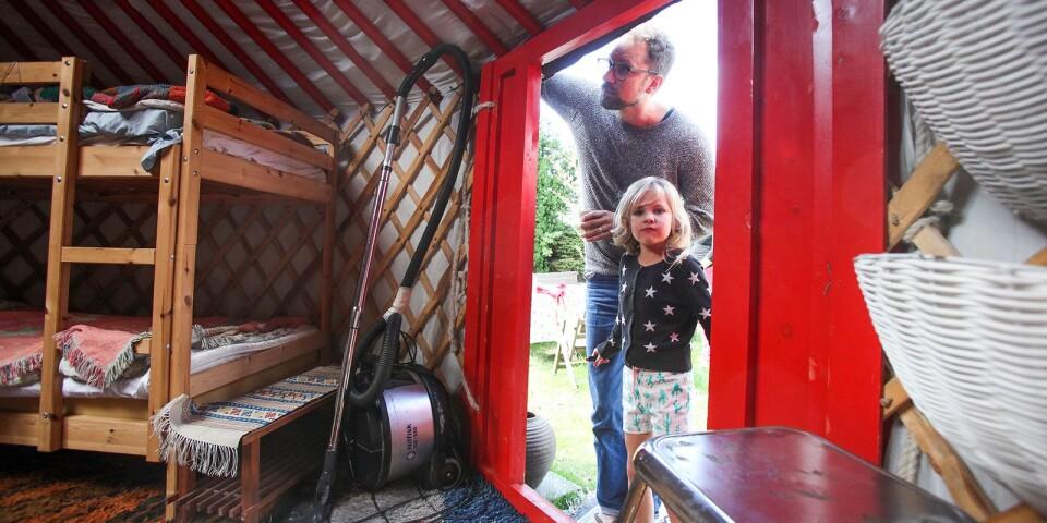 Annabel, 6, tycker att jurtan är supermysig. – Det bästa är att sova i den, säger hon.