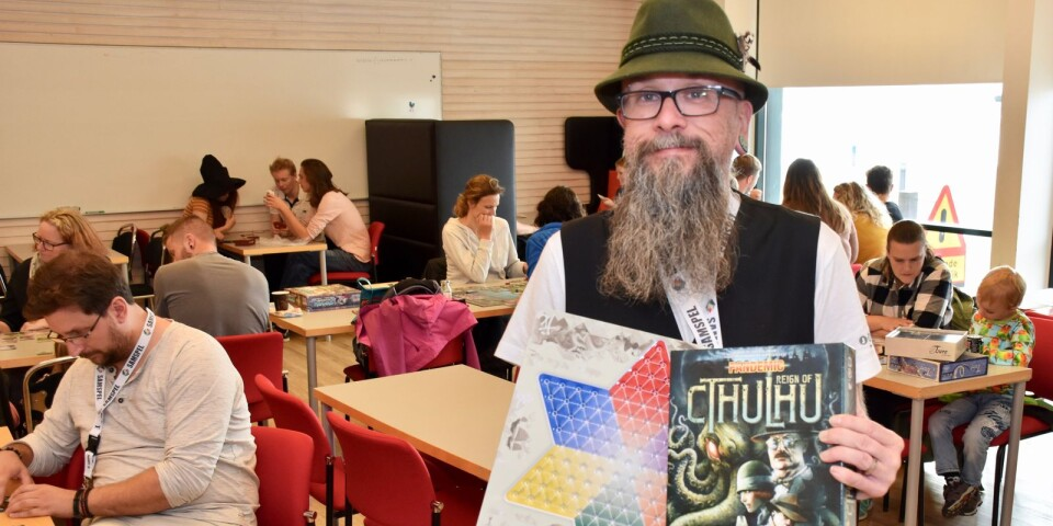 Festivalgeneral Tonnie Philipsson med två olika brädspel, ett klassiskt Kina-schack och det modernare Cthulhu, som båda går att låna under brädspelsfestivalen Samspel Open. Den arrangeras under lördag och söndag på Östra piren i Karlshamn.