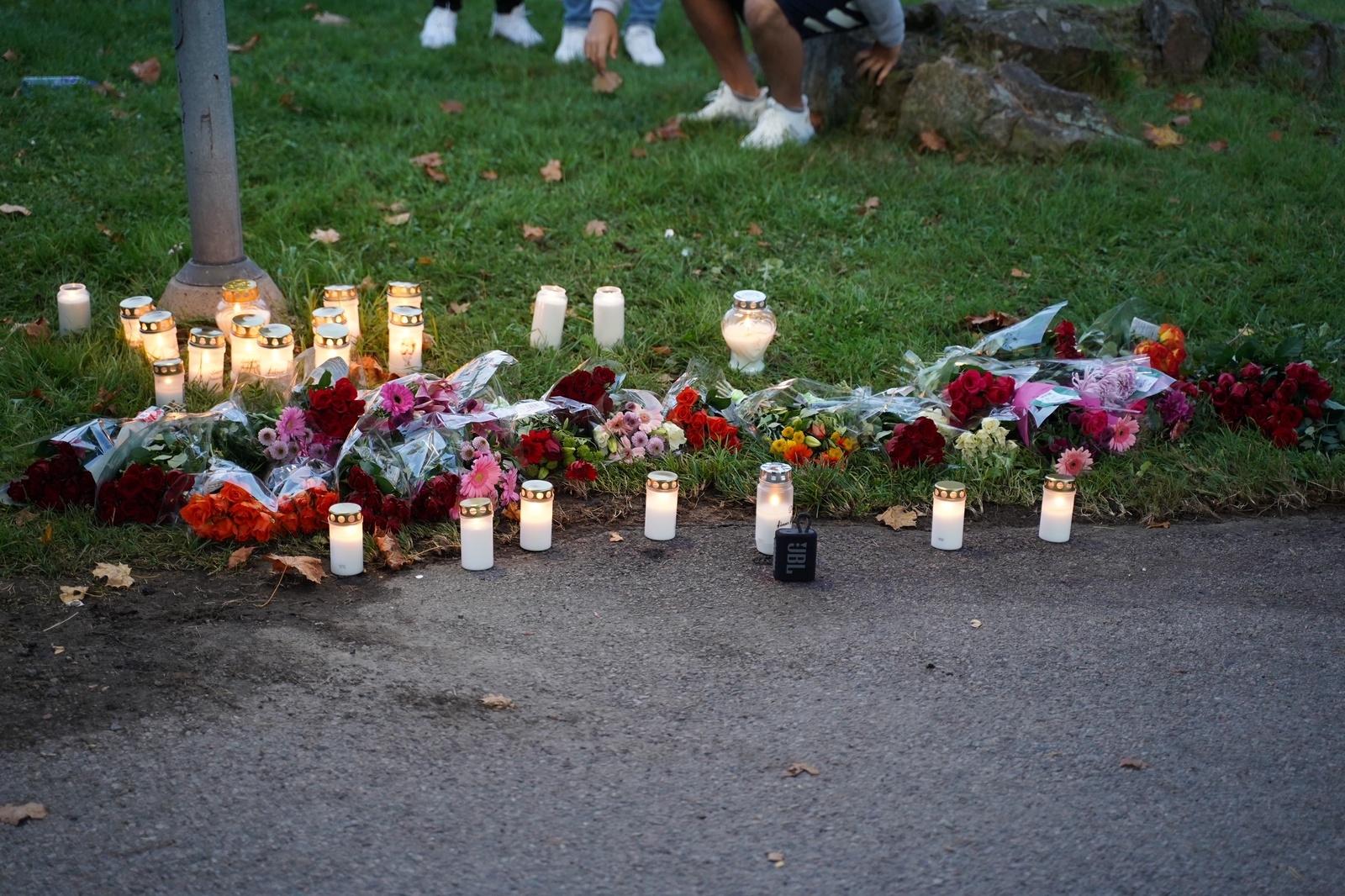 Blommor vid platsen där mannen i 30-årsåldern sköts ihjäl.