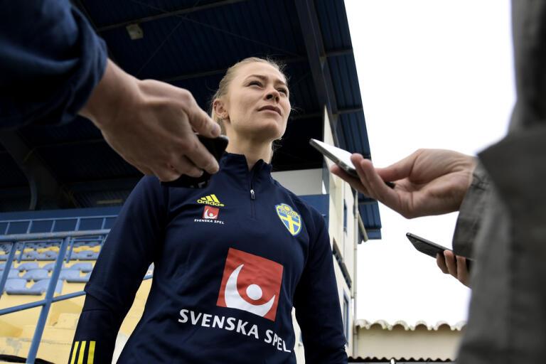 Fridolina Rolfö pratar med pressen under gårdagens träning på Estádio de Nora inför dagens premiärmatch i Algarve Cup mot Tyskland.