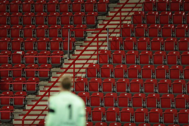 Fotbollsspel igen men inför tomma läktare. En allt vanligare syn runt om i Europa där fotbollsligorna återstartar.