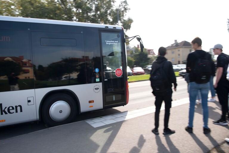 Fyllda bussar kör ifrån eleverna