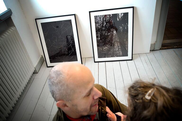 """André Wolff är hemma över påsken och har med sig sin dotter Ines under hängningen av utställningen av """"Lägsta punkten"""" på Åhus museum."""