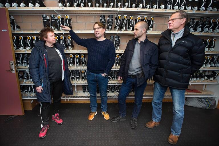 Heléne Axengren, idrottslärare på skolorna i Vegby, Gällstad, Tvärred och Marbäck, fick idén om en gemensam skridskobank i ishallen för alla kommunens skolelever. Den gick att förverkliga tack vare gott samarbete med Tomas Wiberg, vaktmästare i ishallen samt hockeyinstruktör på Tingsholmsgymnasiet, Magnus Carlsson, lärare i slöjd och idrott och sparbankens Ulricafond som här representeras av Björn Andén.