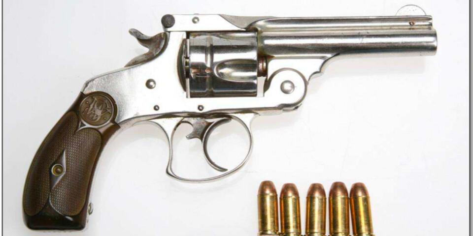 Detta är pistolen som 18-åringen hade i fickan när polisen stoppade taxibilen som han åkte i. 18-åringen är dömd för brottet. Nu åtalas tre män för att ha planerat vapenleveransen i Växjö.