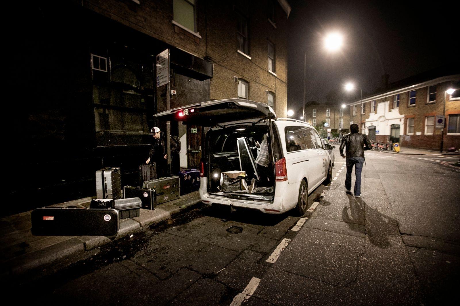 """Medan minibussen stuvas med millimeterprecision säger trummisen Jolle Atlagic: """"Det här, att spela musik, är skitviktigt för mig, det är en del av mitt liv. Det finns liksom inga alternativ. Jag vill aldrig sluta. Om tio år kommer ni vara här i London och följa oss igen. Fast på ett lite större ställe. jag lovar."""""""