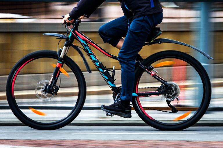 Vissa cyklister har tagit sig en självpåtagen rätt  att trampa fram överallt oavsett regler och bestämmelser, anser skribenten.