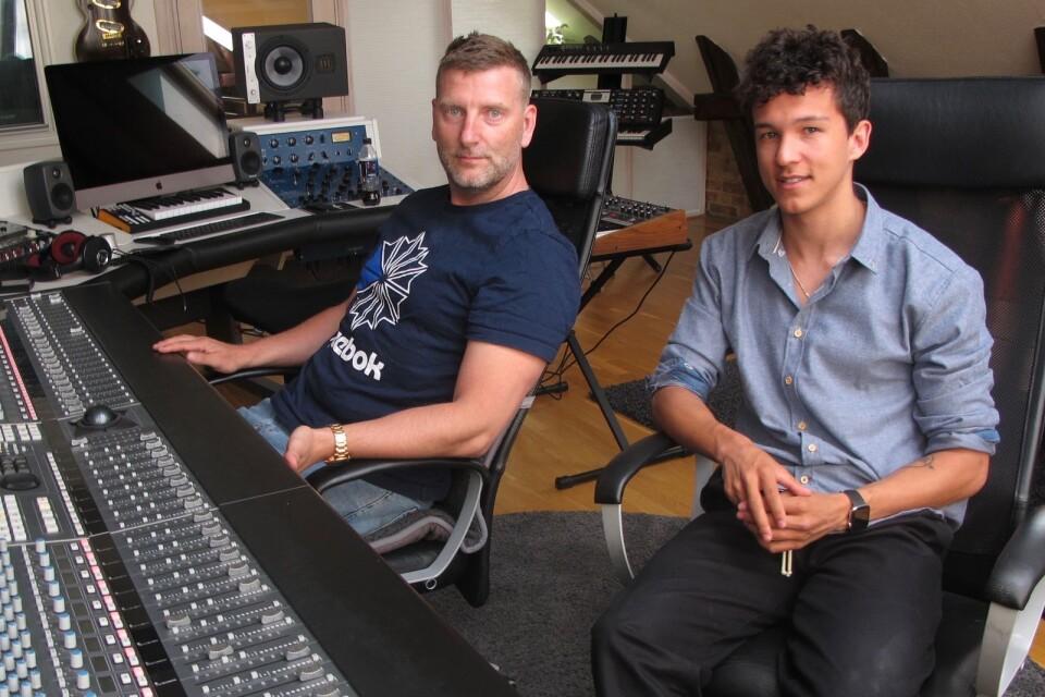 Fredrik Andersson och Frans Jeppsson Wall i studion i Ystad.