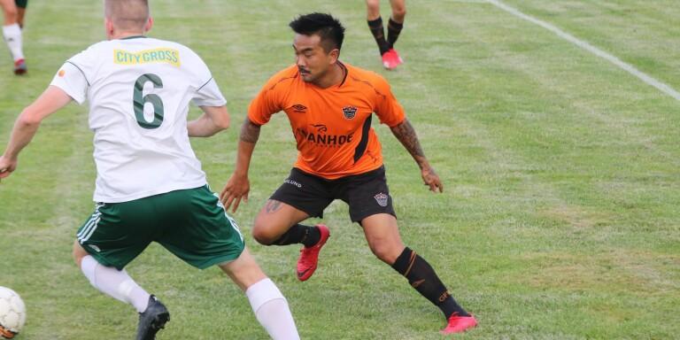 Markus Lindahl (orange) har spelat derby mot Tvärred/Vegby förr.