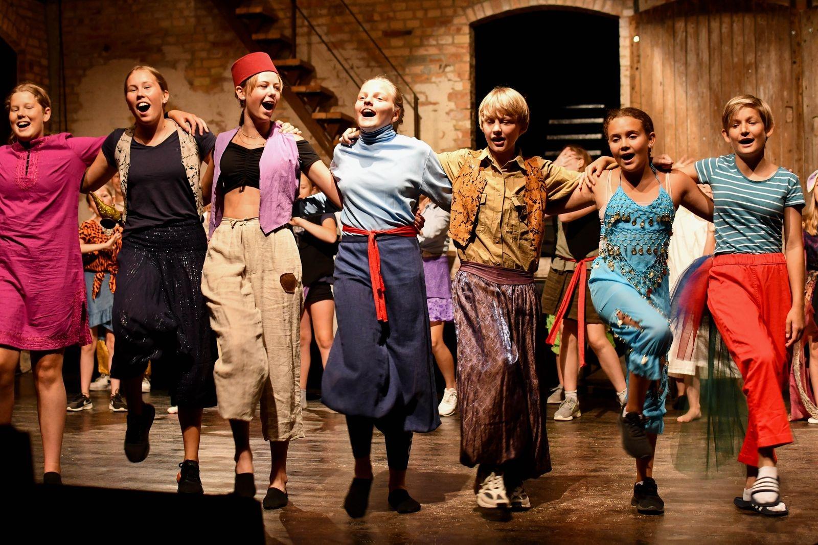 Sommarföreställningarna brukar locka stor publik, i år släpps dock endast 49 biljetter per föreställning.