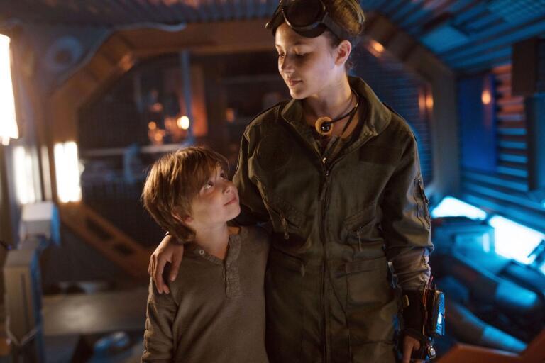 Syskonen Keaton och Gladys (Dante Fleischanderl och Ella Rae Rappaport) har lärt sig att klara sig själva ombord på rymdskeppet Svea.