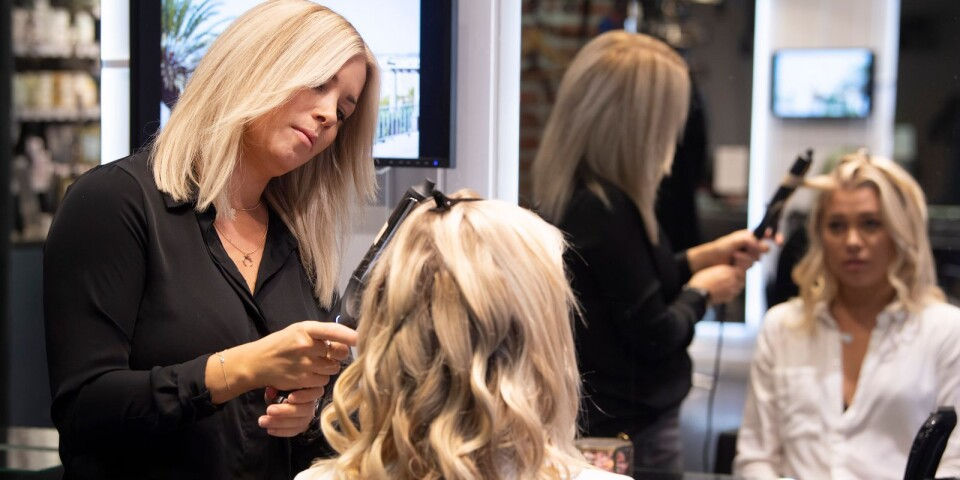 Susanna Björkqvist, frisör och frisörlärare, gör en trendig uppsättning på frisören Saga-Sofie Björngren Mattsson.