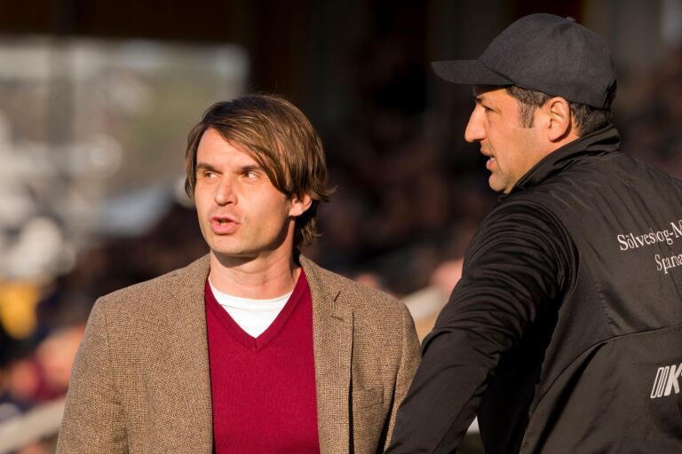"""Milos Milojevic och tränarkollegan Juan Robledo har taktiken klar inför avslutning. """"Grabbar, spela som vanligt!"""""""