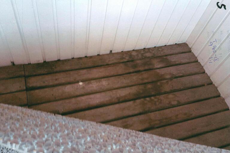 Fick bo hemma hos kompis – kissade sönder balkongen
