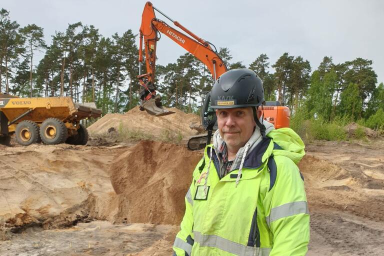 Bo Knarrström, som har doktorerat i stenåldersarkeologi, tycker att grävningen i Ljungaviken är mycket spännande.