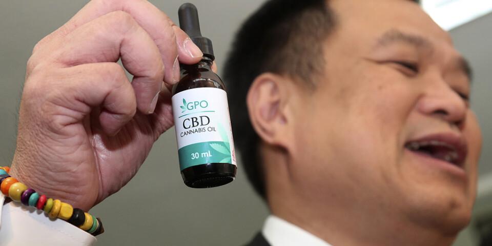 Thailands vice premiärminister Anutin Charnvirakul håller upp en femmillilitersflaska cannabisolja.