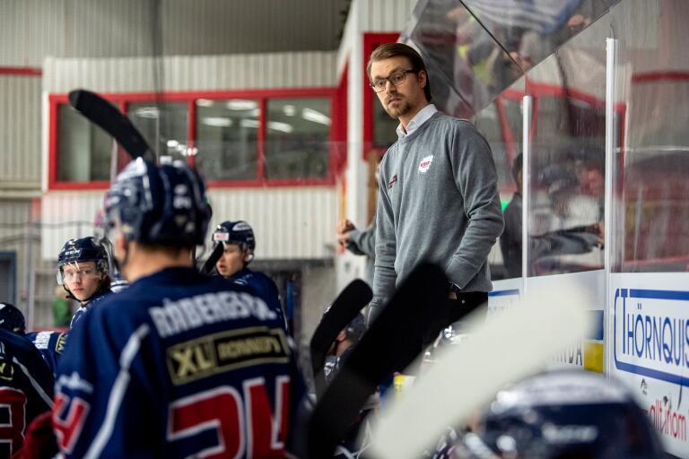 """Emil Ivansson vill vara kvar i Krif och Krif vill ha kvar tränaren. Frågan är om det går att lösa med tanke på pandemin. """"Vi är i en oviss situation"""", säger han."""