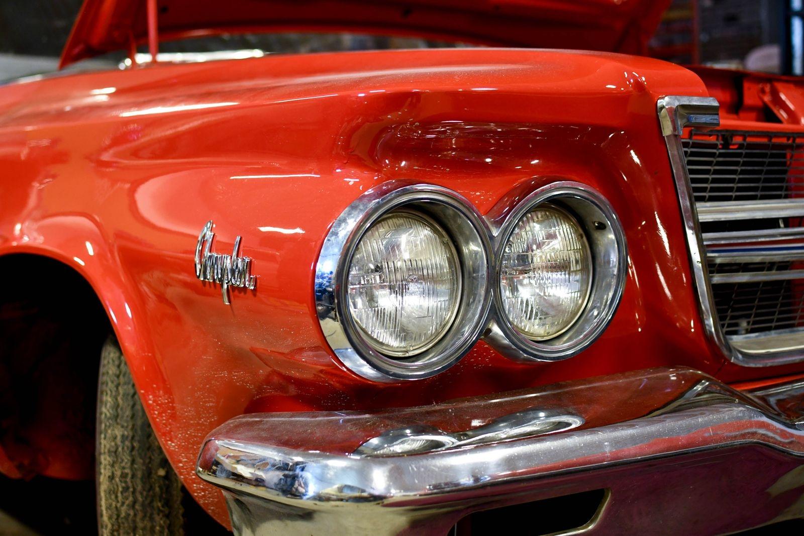 Efter lack och Kajs omvårdnad är Chryslern årsmodell -64 redo att rulla ut på vägarna igen till sommaren.