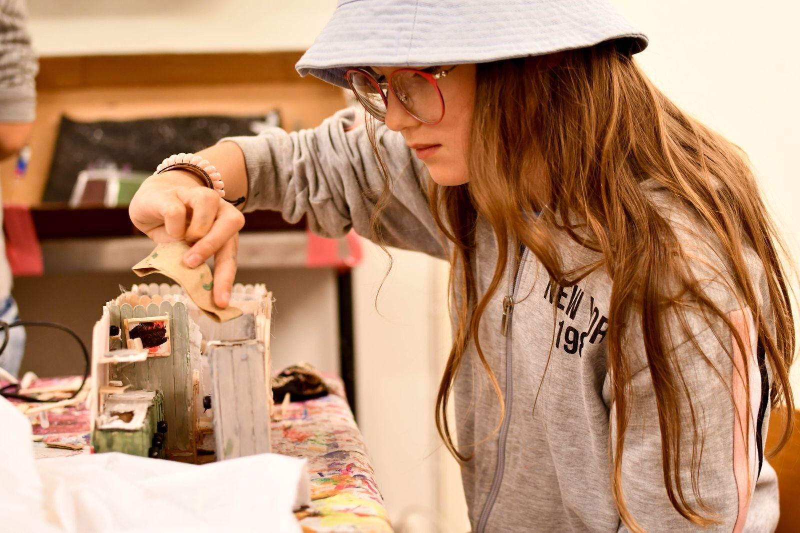 """Johanna Maniet bygger sitt drömhus, ett rullande hem, i miniatyr i lägrets konstverkstad. """"Jag går i Kulturskolans konstklubb och gillar att skapa."""""""