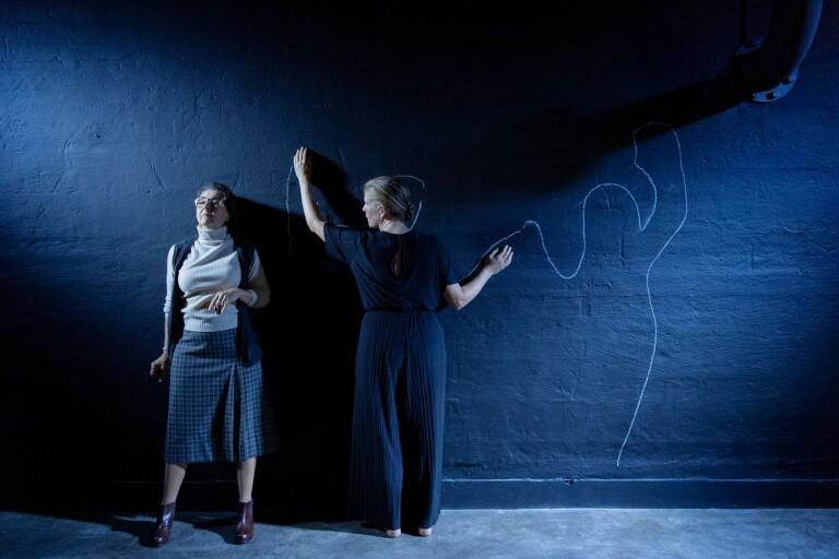 Carina Boberg spelar Duras och regissören Emelie Strandberg, med regidebut på Stadsteatern, hoppar själv in som ett eko av Duras tankar.