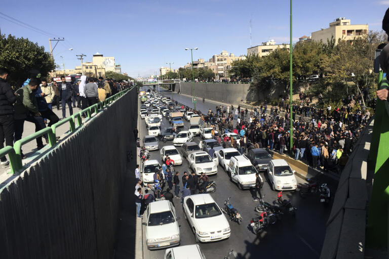 Protest i Iran i november i fjol efter att bensinpriser höjts. Arkivbild.