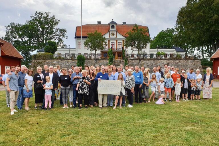 Så in i Nordén mycket folk. När kusinerna Nordén anordnade släktträff kom hela 90 personer. I mitten syns John Vangellow, hållande i skylten, Elaine Vangellow, Per Nordén och Barbro Nordén.